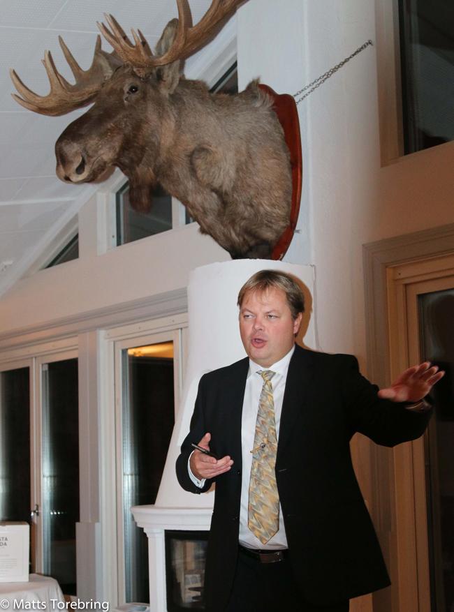 Niklas orebring håller tal Torebrings 40 års jubileum